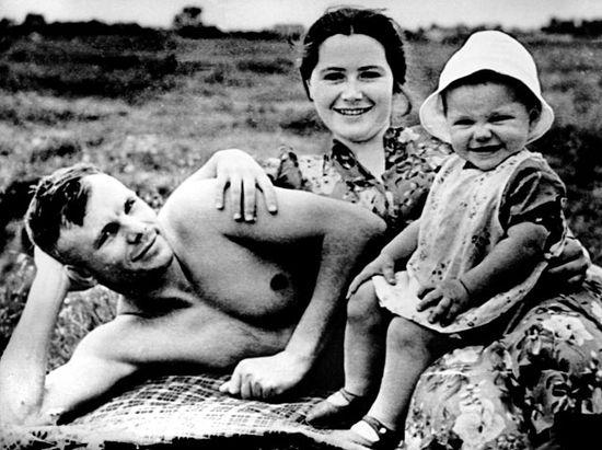 Yuri Gagarin con su familia